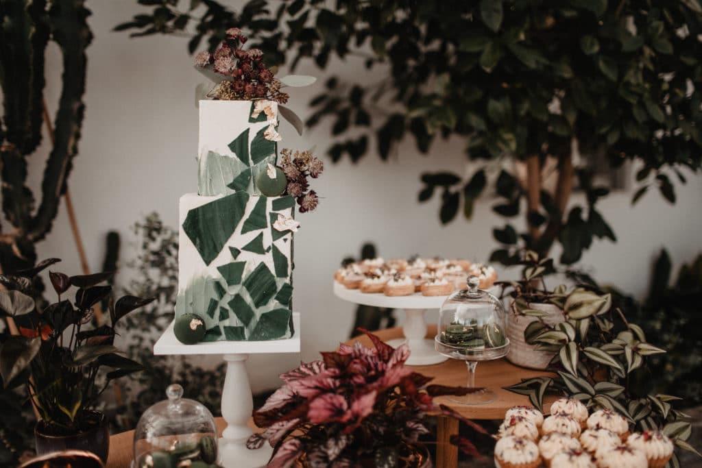 Sweet Table Candybar Sweettable Torte Hochzeitstorte Törtchen Eclair Grün nachhaltig Macarons Blüten Hochzeit