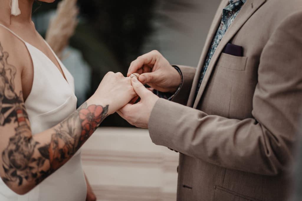 Freie Trauung Boho Hochzeit Trauredner Brautpaar Ringtausch Eheringe Tatoo Anzug Brautkleid