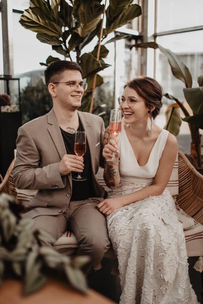 Brautpaar glücklich Sektempfang Nachhaltig heiraten Anstossen Hochzeitsplaner