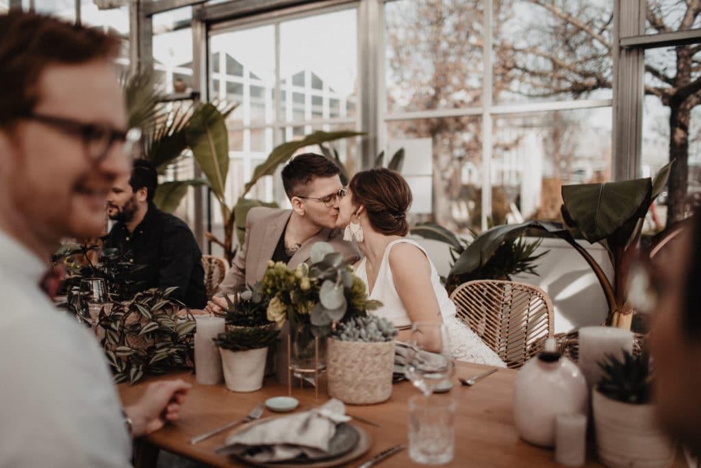 Brautpaar Nachhaltig Heiraten Hochzeitsgäste Tisch Hochzeitsplaner