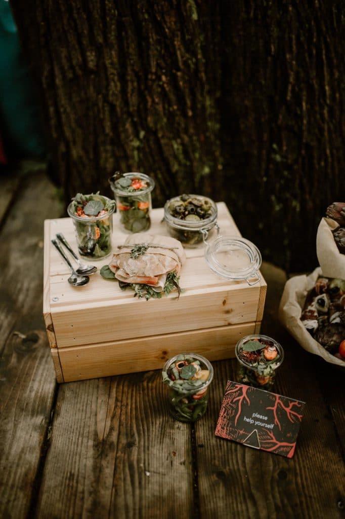 Mottohochzeit Brautpaar Alternativ heiraten Catering Papeterie picknick