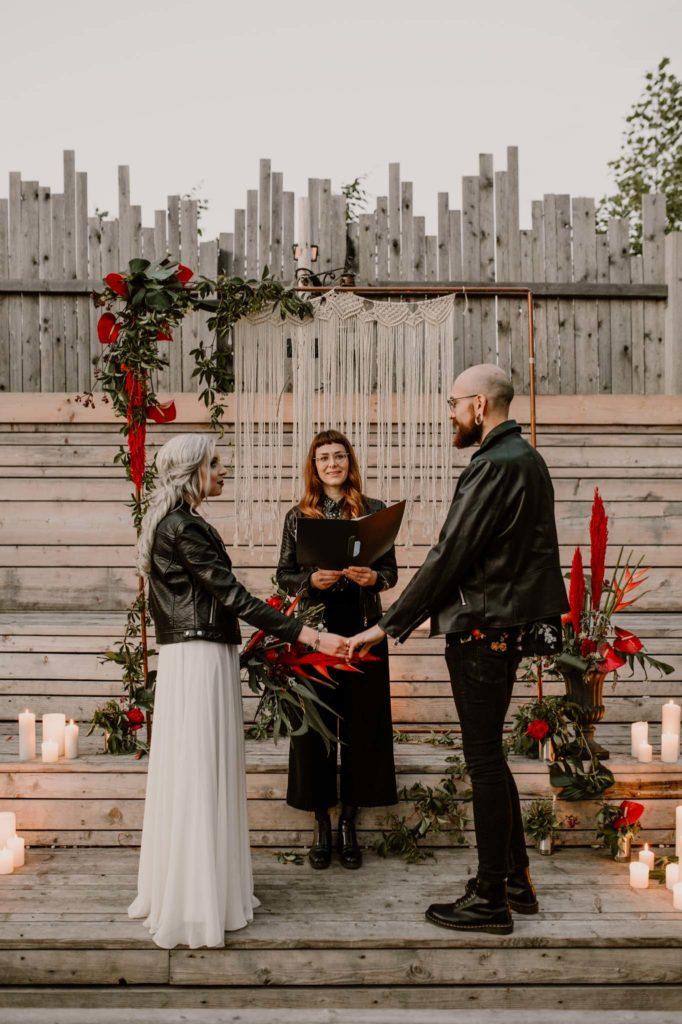 Hochzeitsplanung Mottohochzeit Brautpaar Styled Shoot Alternativ freie Trauung