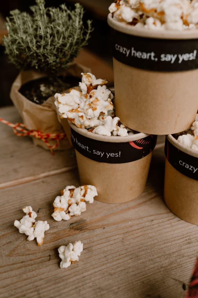 styled shoot Mottohochzeit Brautpaar Alternativ heiraten Catering heart popcorn