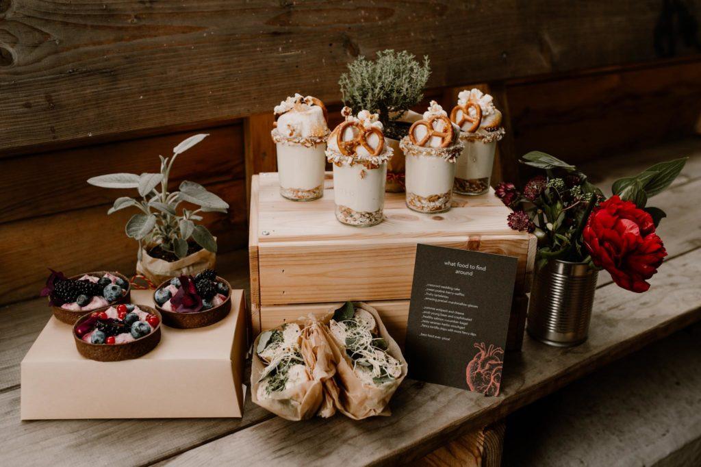 Mottohochzeit Brautpaar Alternativ heiraten Catering Papeterie sweet table